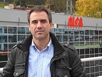 Frente a las instalaciones de Alfa, empresa en la que trabajó su padre